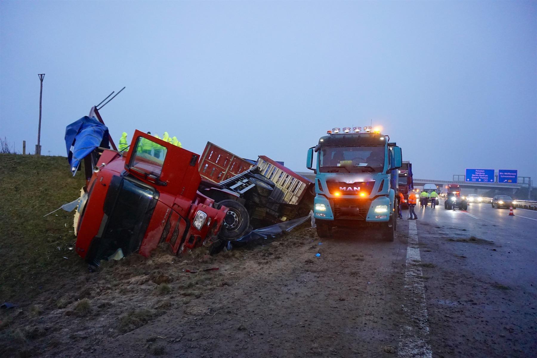 LKW mit 6.000 Hühnern umgekippt + Schwerer Unfall in Rüdnitz