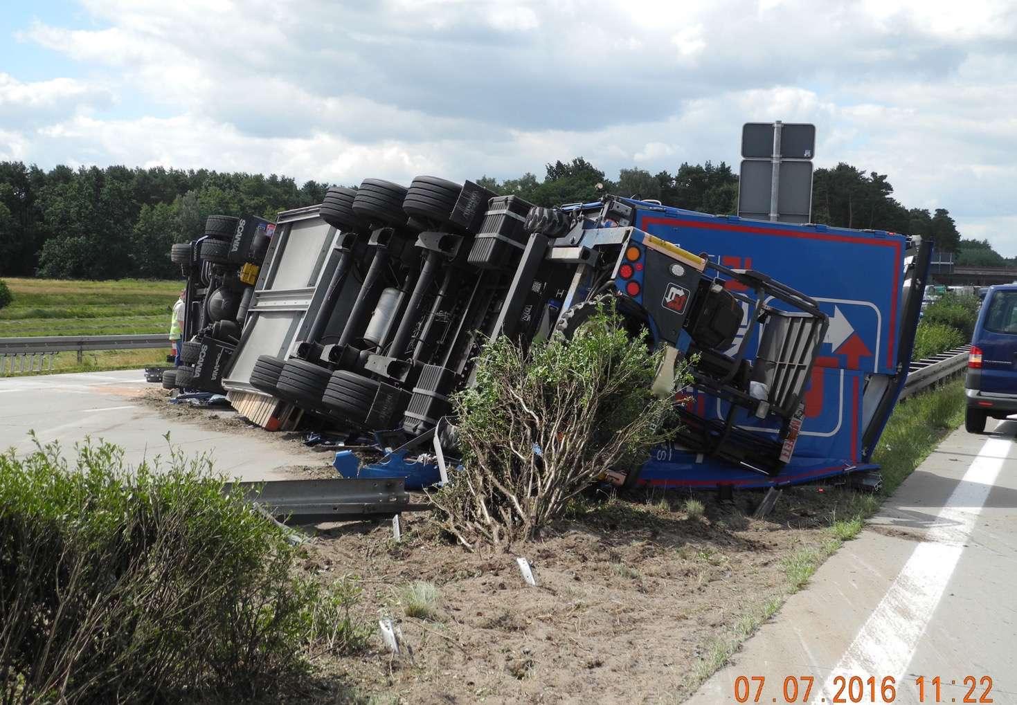 Unfall A10: Sattelzug durchbricht Leitplanke