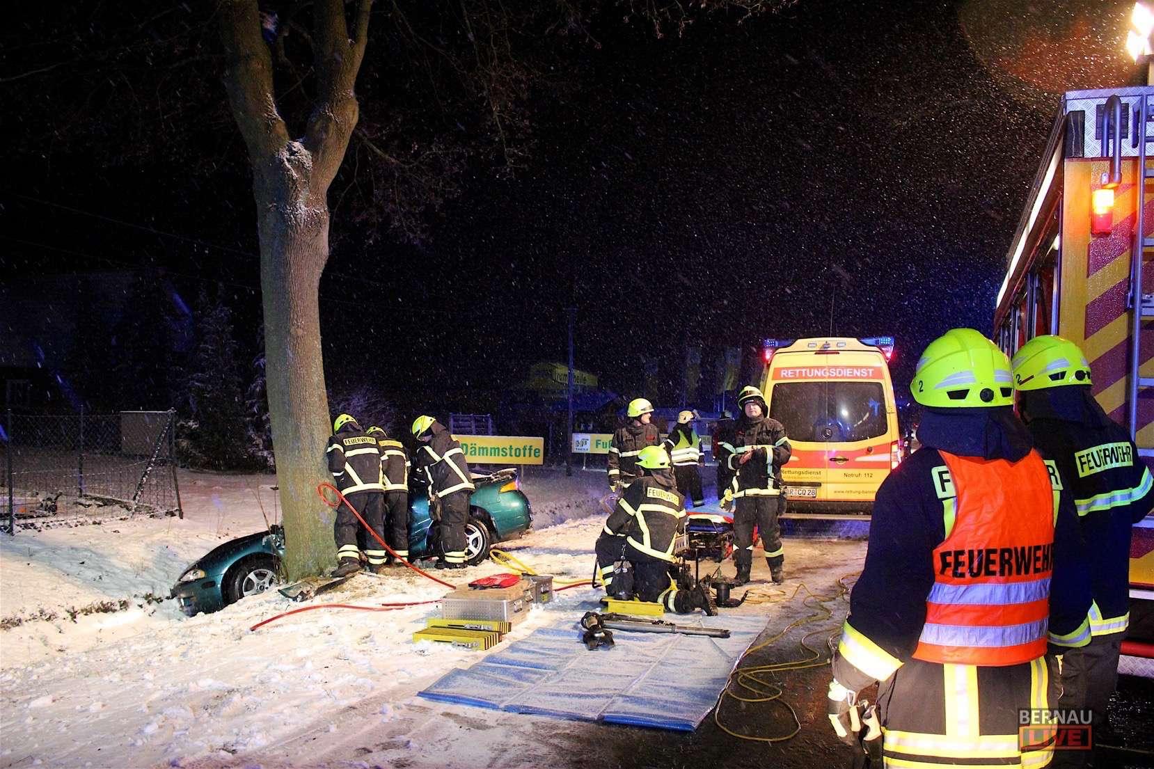 Verkehrsunfall 2: Schwanebecker Chaussee in Bernau - PKW gegen Baum ...