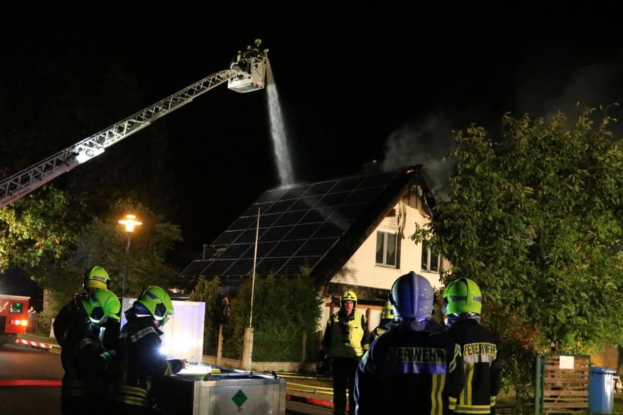 Feuerwehr-Großeinsatz in Basdorf - Feuer in einem EFH