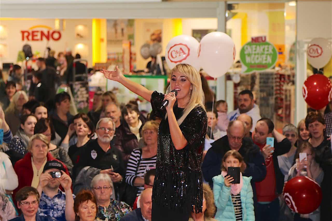 Schlagerfans feierten Annemarie Eilfeld in der Bahnhofs-Passage Bernau