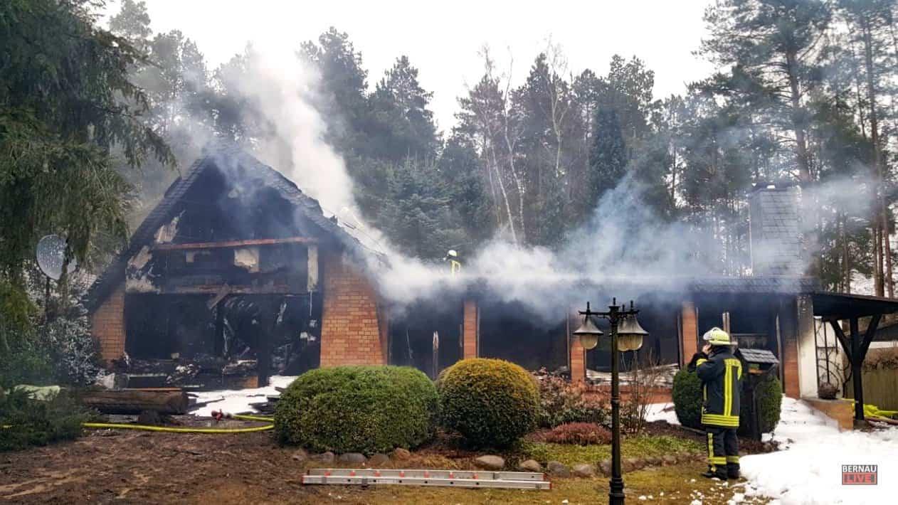 Barnim: Hausbrand in Klosterfelde - Feuerwehren seit 7 Stunden im Einsatz