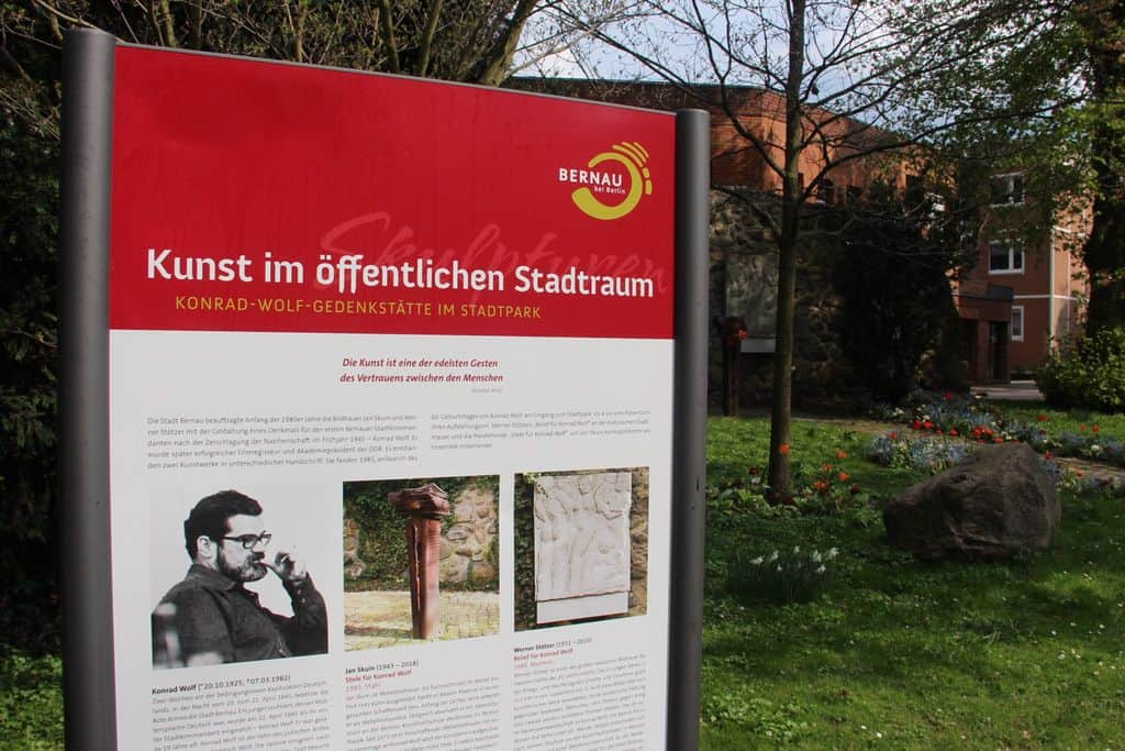 Info-Tafeln in Bernau verweisen auf Konrad Wolf und Kunst