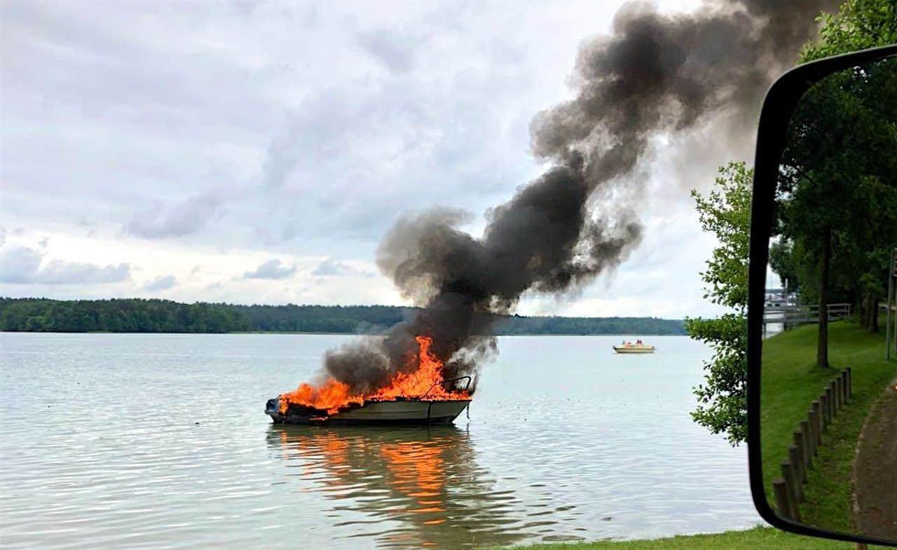 Altenhof - Barnim: Boot am Werbellinsee ausgebrannt - eine Person schwer verletzt
