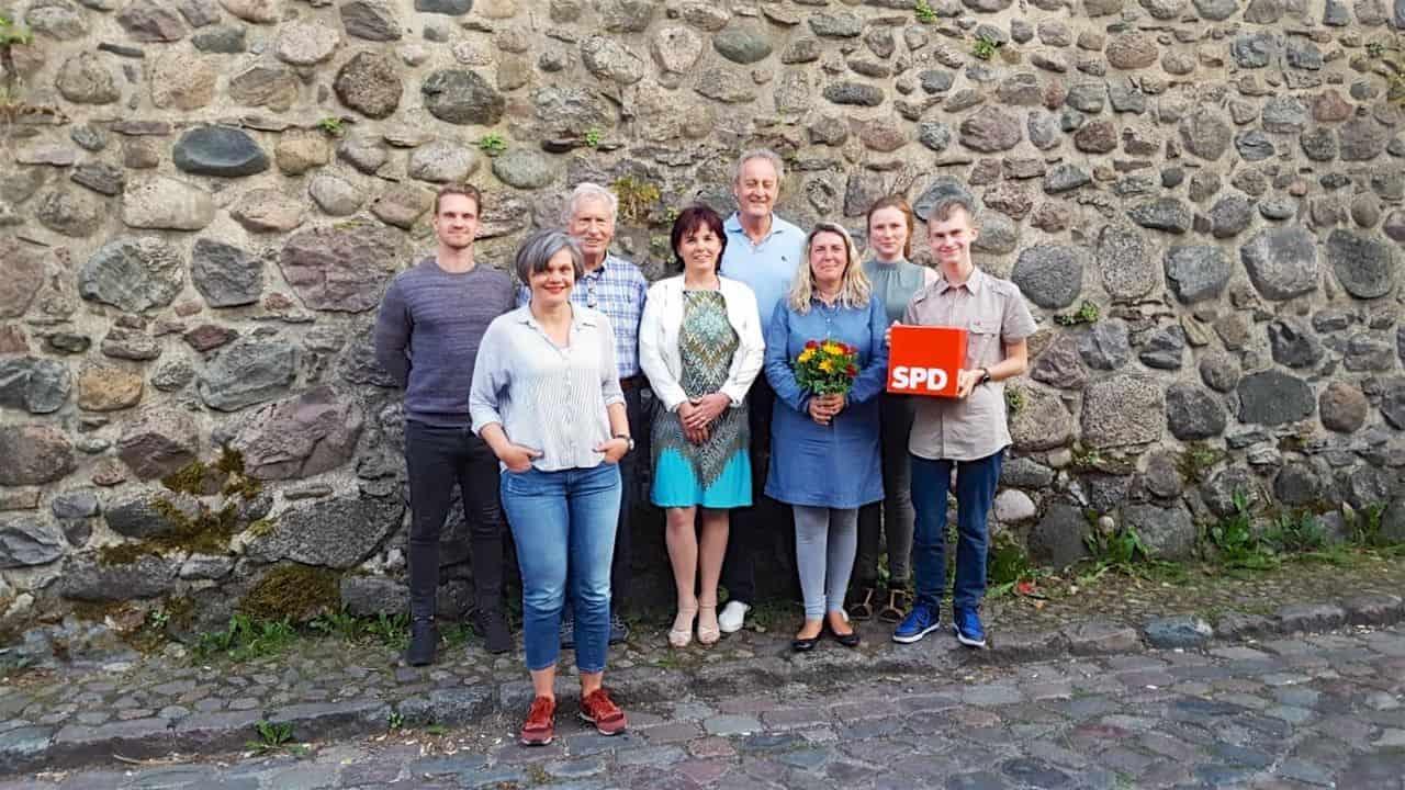 Bernau (Barnim):Die SPD Bernau hat einen neuen Vorstand gewählt. Beim Führungstrio bleibt aber alles beim Alten: Vorsitzende Cassandra Lehnert (3.v.r.), Stellvertreterin Iris Schneider (4.v.l.) und Kassierer Josef Keil