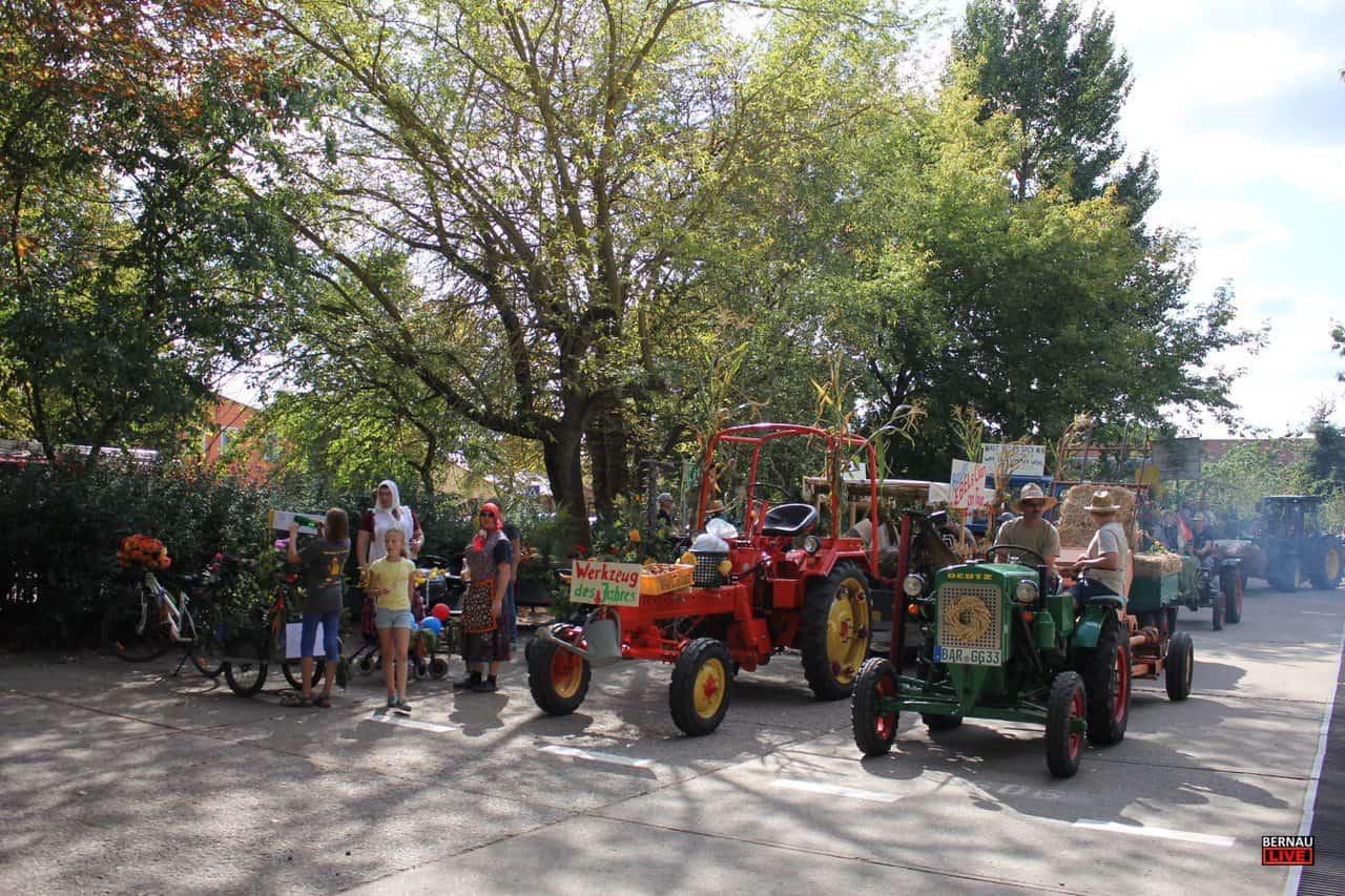 Grüntal (Barnim):Am vergangen Wochenende luden die Grüntaler zum gemeinsamen Erntefest in ihr kleines Dörfchen ein. Infos und Bilder vom Festumzug bei Bernau LIVE.