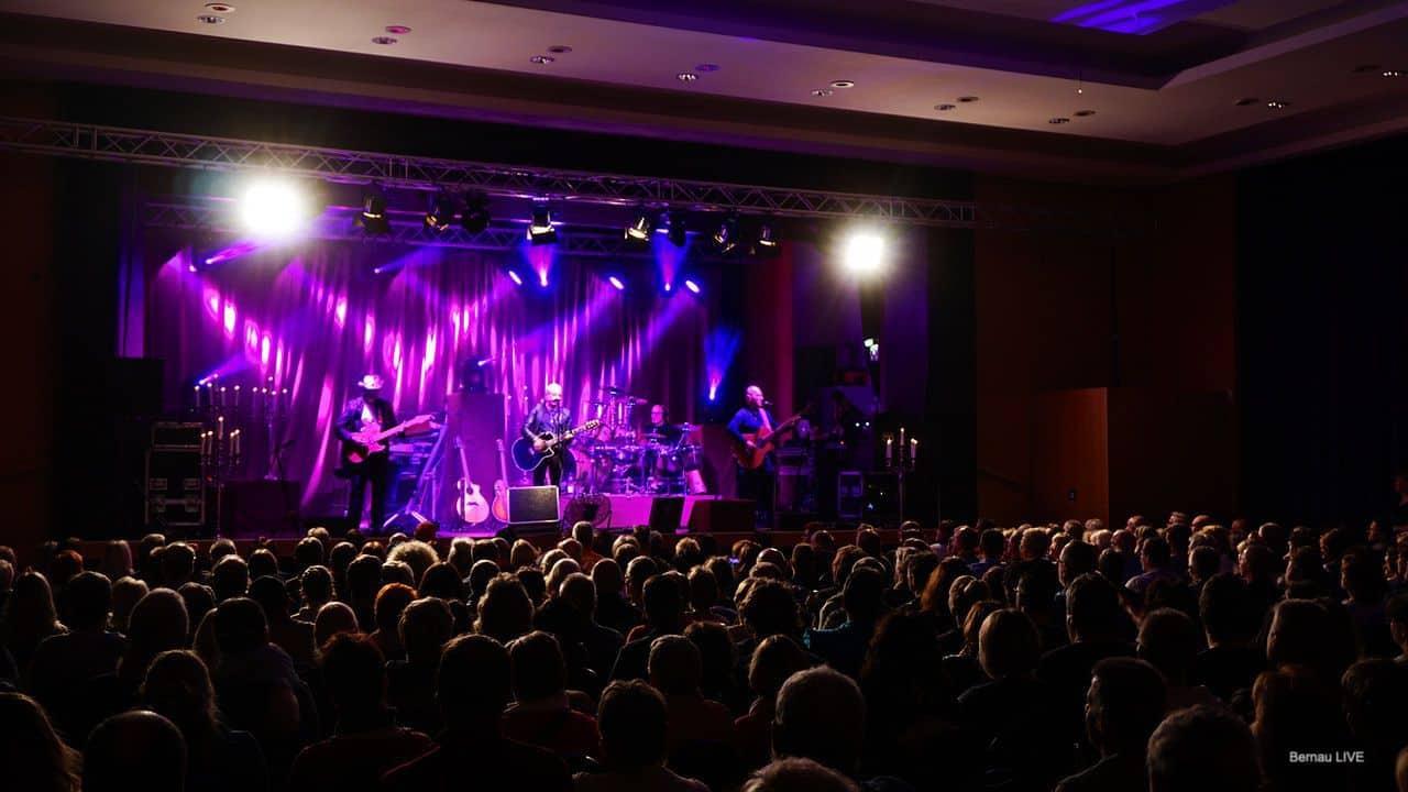 Bernau (Barnim): Tosender Applaus für das CITY Candlelight - Tour Konzert in der Stadthalle am Steintor in Bernau bei Berlin. Fotos und Video bei Bernau LIVE
