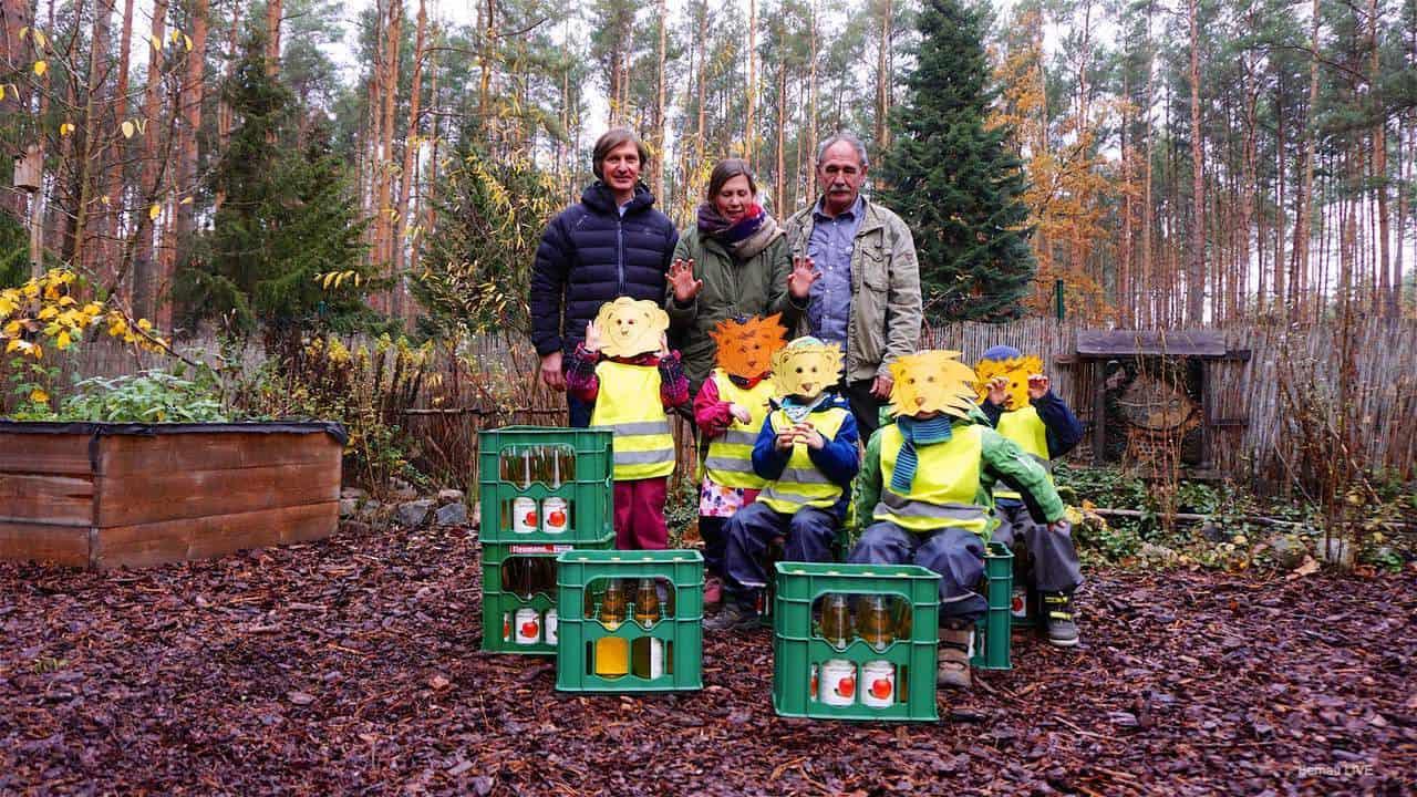 """Frischer Apfelsaft für die Kinder der Bernauer Wald-Kita """"Schneckenkönig"""""""