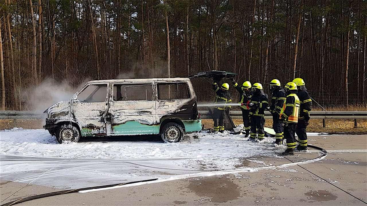 Kleinbus brannte auf der A11 zwischen Bernau Nord und Wandlitz