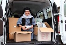 Schwester Dorothea und eine Ladung voller Briefmarken für Lobetal
