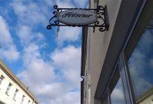 Diebe klauten einen Zunftteller vor einem Friseur in Bernau