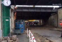 Zepernick (Panketal): Um kurz nach 17 Uhr fiel am heutigen Donnerstag das erste alte Brückenelement zu Boden.Noch bis etwa Anfang 2020 wird hier die alte Überführung am Bahnhof Zepernick gegen eine komplett neue Brücke ersetzt.