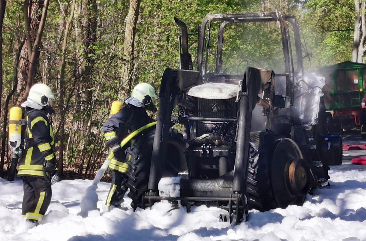 B167: Traktor fing Feuer - Ahrensfelde: Schwangere Frau angefahren