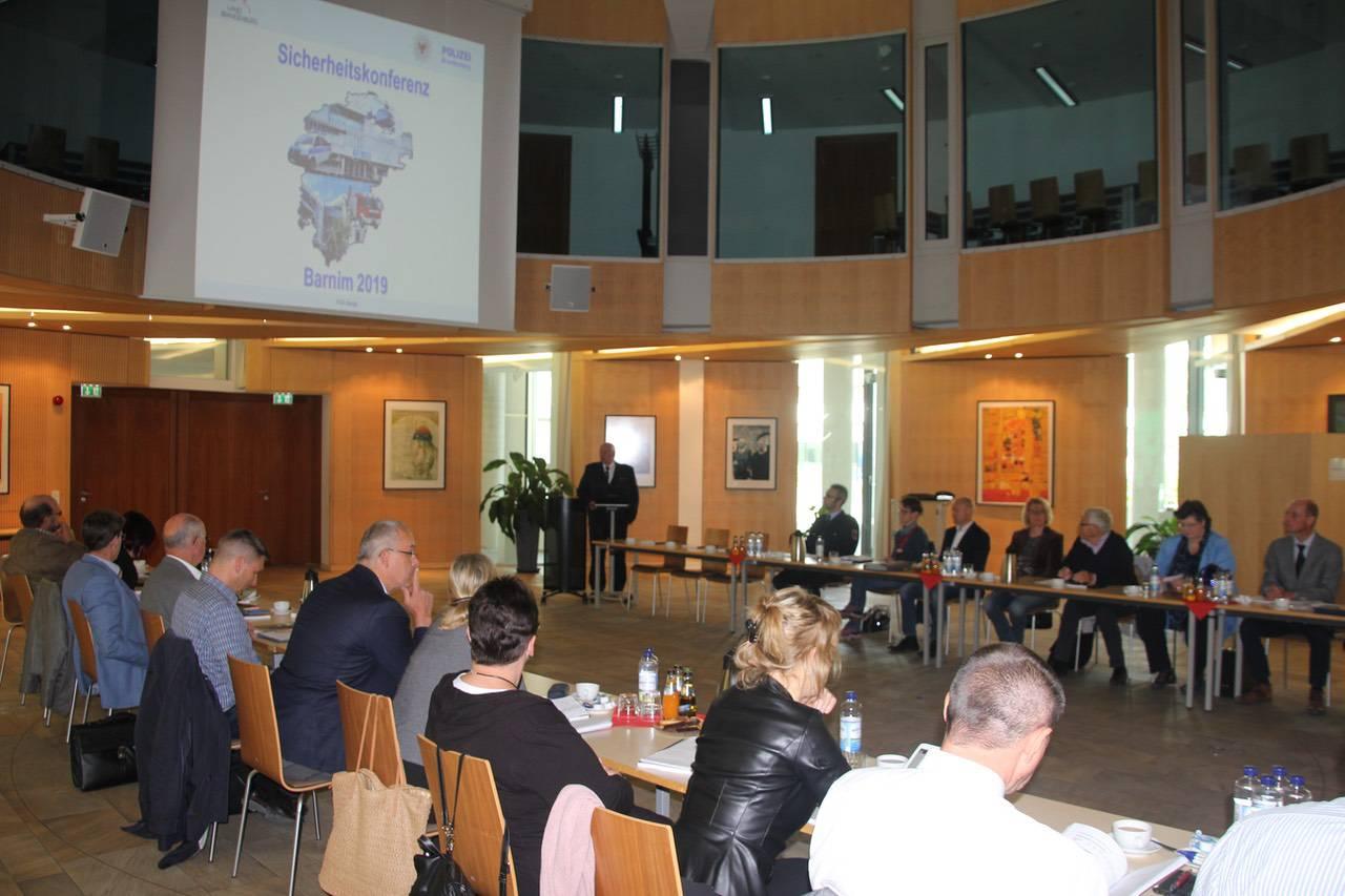Bernau (Eberswalde): Zu einer gemeinsamen Sicherheitskonferenz zwischen Polizei und der Barnimer Verwaltung wurde am gestrigen Montag nach Eberswalde geladen.