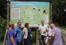 Ministerbesuch in der Schönower Heide: Bienen, Kultivierung und Naturschutz